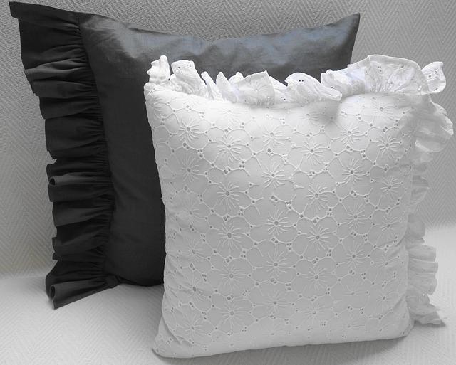 bílý a černý polštář