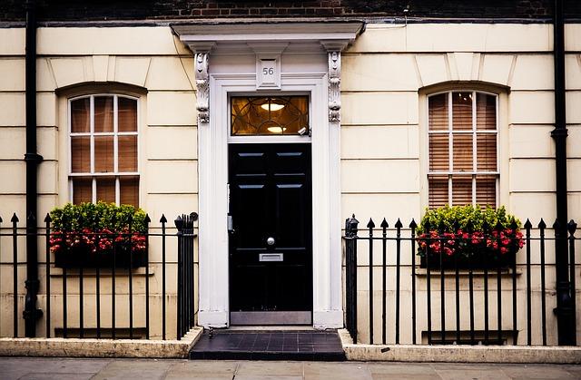 domek, dveře, truhlíky s květy