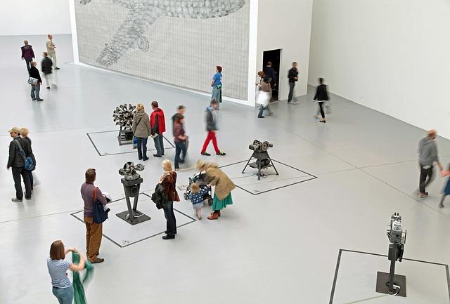 lidé v muzeu