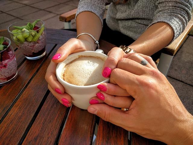 tři ruce u kávy