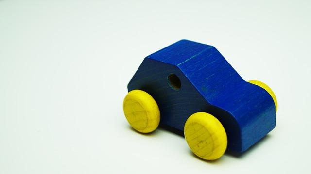 modré dřevěné autíčko.jpg