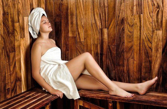 žena relaxující v sauně